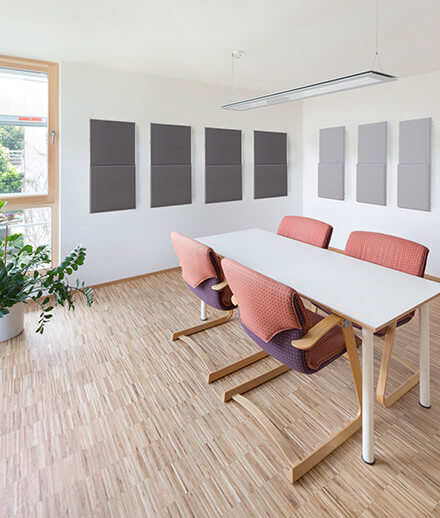 Sound absorbers in the living area reduce reverb and improve communication.